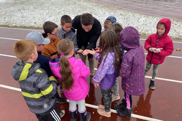 Dans le cadre du cours de sciences et technologies, les élèves de 3e voient le cycle de l'eau.  La première neige était donc un excellent moyen pour piquer leur curiosité et jaser des différents états de l'eau. Nous avons donc saisi l'occasion et nous nous sommes rendus à l'extérieur pour voir de plus près ce mystérieux phénomène. Les élèves ont ensuite répondu aux questions suivantes: Qu'est-ce que la neige? Pourquoi neige-t-il? Comment la neige se rend-elle dans le ciel? Une chose est certaine, cette première chute de neige aura été la source de plusieurs beaux apprentissages!